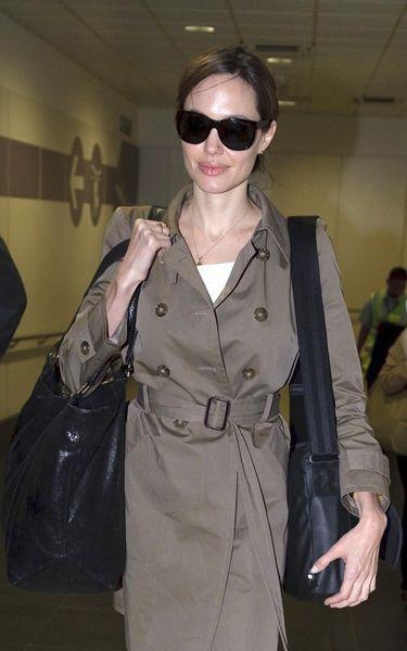 Анджелина Джоли по дороге в Пакистан