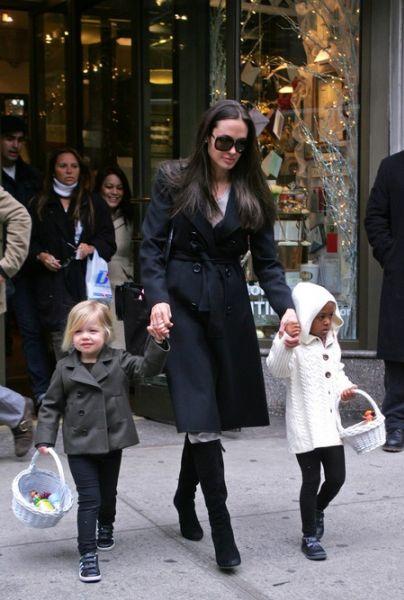 Анджелина Джоли и ее дочери на прогулке