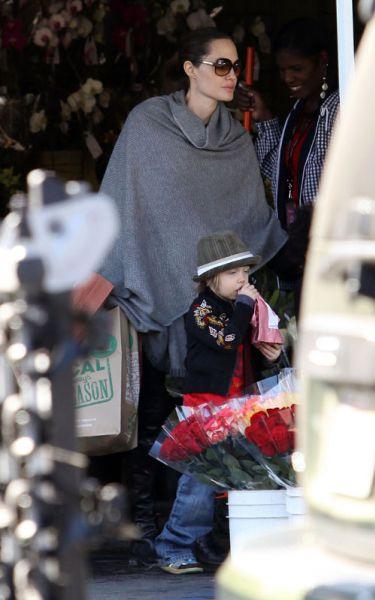 Анджелина Джоли, Шайло и Захара ходят по магазинам