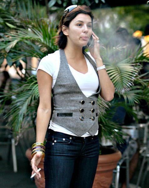 Ева Лонгория курит