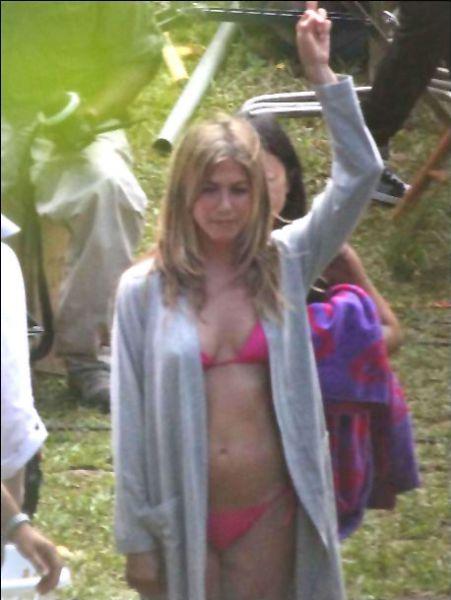 Дженнифер Энистон в бикини на съемках фильма
