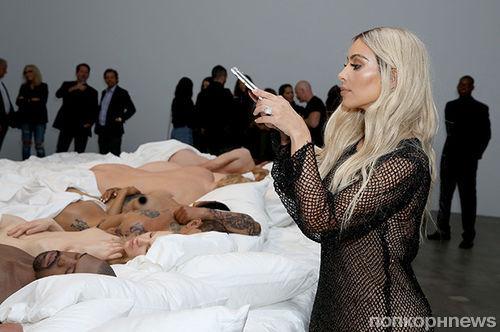 Ким Кардашьян и Канье Уэст устроили выставку голых восковых фигур из клипа Famous