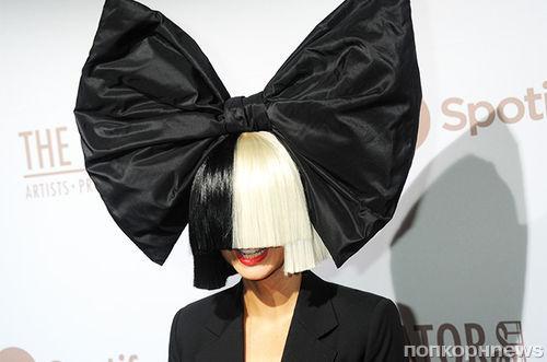 Певица Sia выложила в Twitter обнаженное фото в качестве «подарка» фанатам
