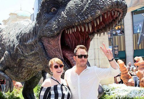 Фото: Крис Прэтт, Брайс Даллас Ховард и гигантский тиранозавр на промо-ивенте «Мира Юрского периода 2»