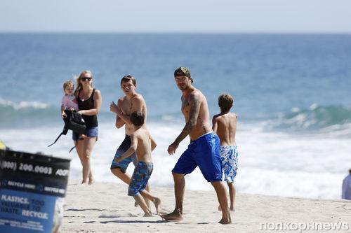 Дэвид Бекхэм с детьми на пляже в Малибу