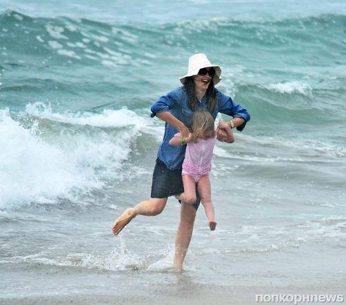Дженнифер Гарнер на пляже с детьми
