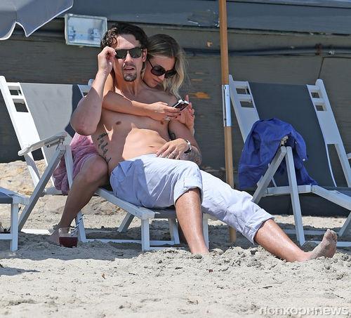 Кейли Куоко с мужем на пляже Малибу