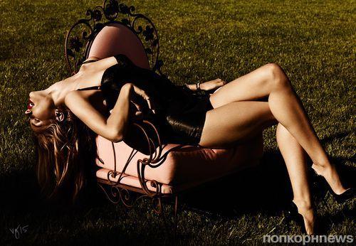 Роузи Хантингтон-Уайтли обнажилась в откровенной фотосессии для Violet Grey