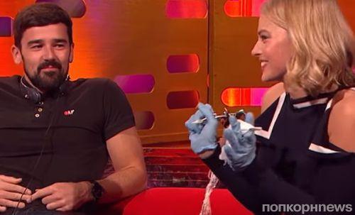 Видео: Марго Робби сделала своему фанату татуировку в эфире ток-шоу