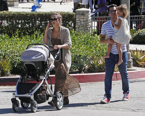 Джессика Альба с семьей на прогулке в Беверли-Хиллз