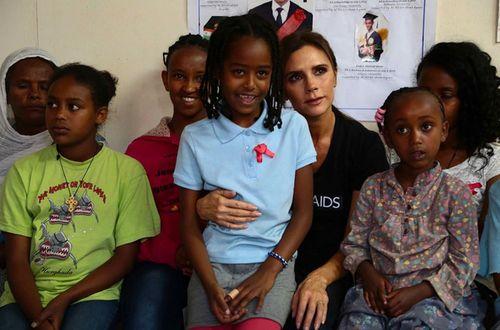 Виктория Бекхэм поддержала детей в Эфиопии