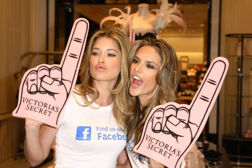 Даутцен Крус и Алессандра Амбросио представили страницу Victoria's Secret на Facebook