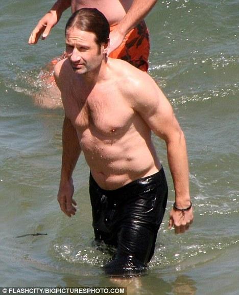 Дэвид Духовны поддерживет форму на пляже