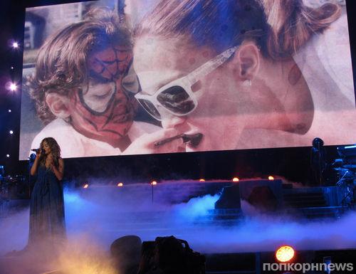 Дженнифер Лопес показала семейные фото на концерте
