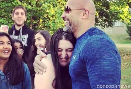 Видео: Дуэйн Джонсон пообщался с фанатами на съемках в Канаде