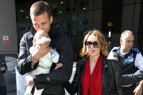 Данни Миноуг привезла ребенка в Лондон