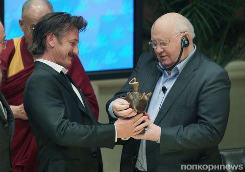 Шон Пенн получил награду от лауреатов Нобелевской премии