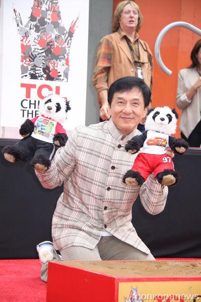 Джеки Чан оставил свои отпечатки на Аллее славы