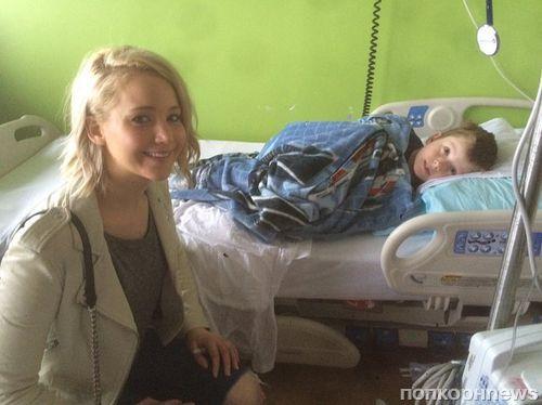 Дженнифер Лоуренс поздравила с Рождеством больных детей
