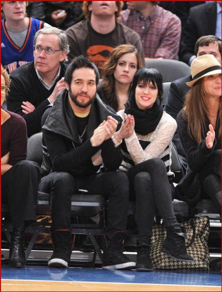Эшли Симпсон с мужем Питом Венцом на игре Knicks