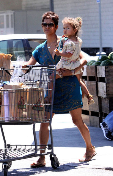 Халли Берри с дочерью в Беверли-Хиллз