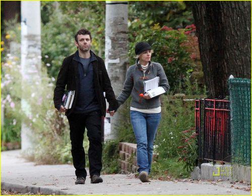Рэйчел МакАдамс и Майкл Шин гуляют по Торонто за руку