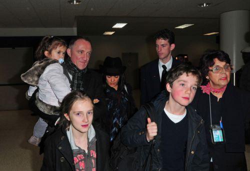 Сальма Хайек с мужем и дочкой в аэропорту Лос-Анджелеса
