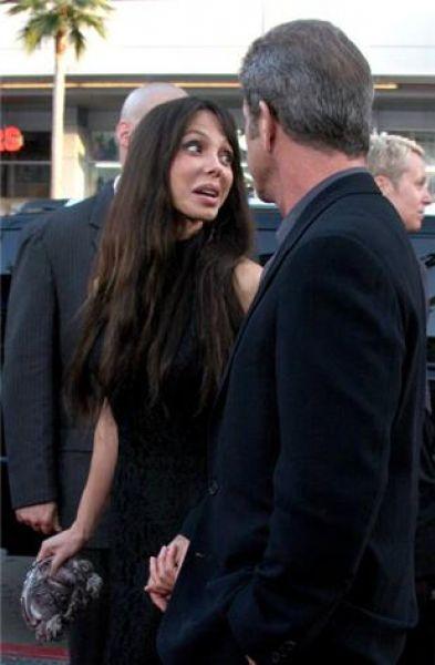 Девушка Мела Гибсона подает в суд