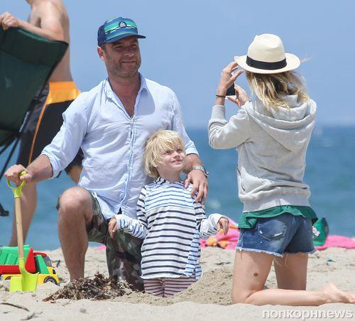 Лив Шрайбер и Наоми Уоттс на пляже в Санта-Монике