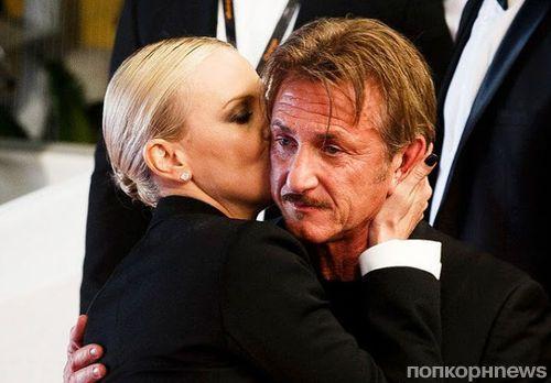 Шарлиз Терон и Шон Пенн поцеловались на красной дорожке Каннского кинофестиваля