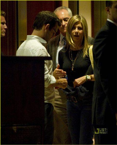 Дженнифер Энистон проводит время с неизвестным мужчиной