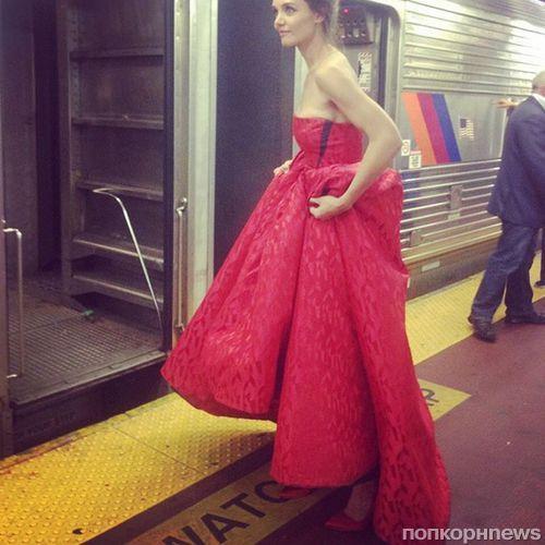 Кэти Холмс в вечернем платье прокатилась в метро