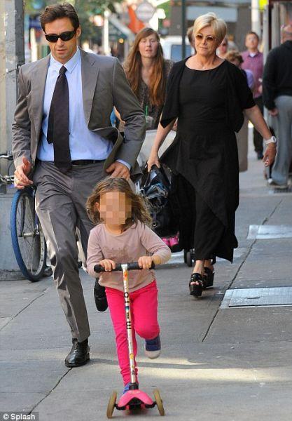 Хью Джекман гуляет с женой и дочерью