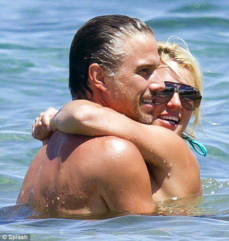 Бритни Спирс: объятия и поцелуи в море