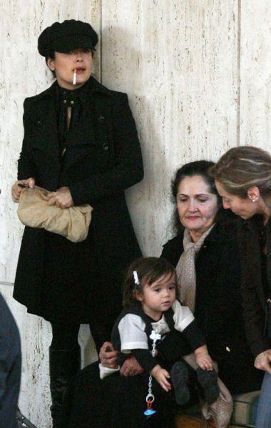 Сальма Хайек с дочерью в торговом центре