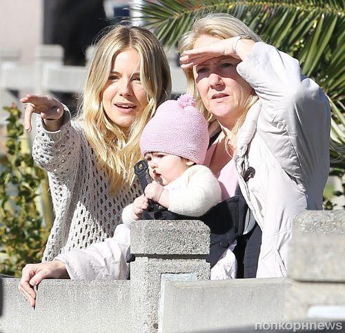 Сиенна Миллер с матерью и дочерью в Санта-Монике