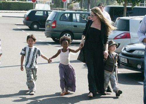 Анджелина Джоли привезла детей в магазин игрушек