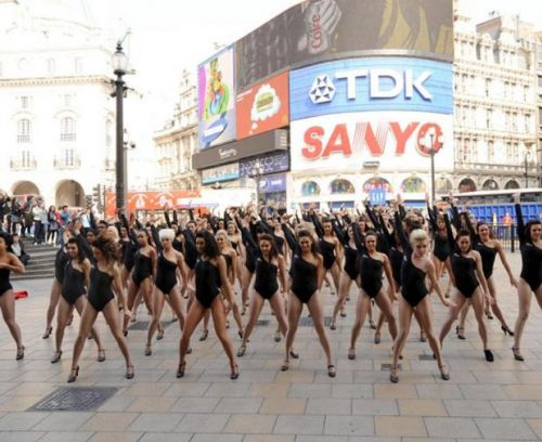 100 девушек-двойников Бейонсе вышли танцевать на улицу Лондона