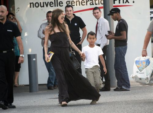 Анджелина Джоли и Мэддокс на прогулке