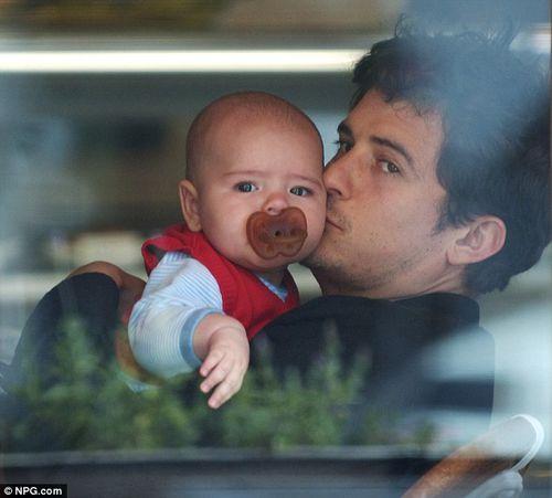 Орландо Блум с сыном в Лос-Анджелесе