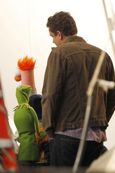 Джейсон Сигел и его коллеги-куклы на съемках фильма