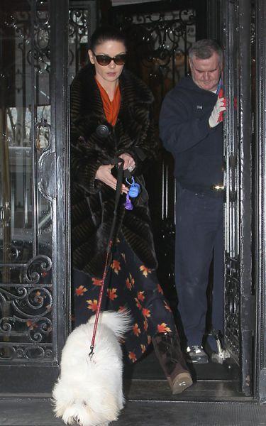 Кэтрин Зета-Джонс и ее новая шуба. 13 января