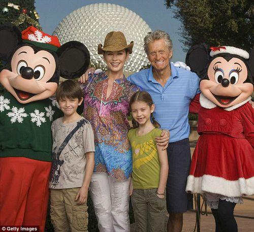 Майкл Дуглас радуется жизни вместе со своей семьей