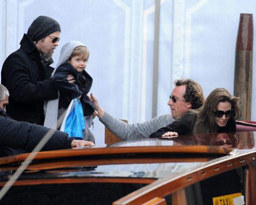 Семейство Джоли-Питт катаются на лодке в Венеции