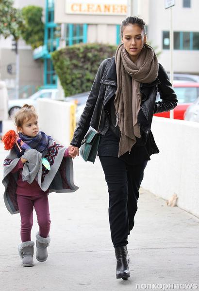 Джессика Альба с семьей в Голливуде