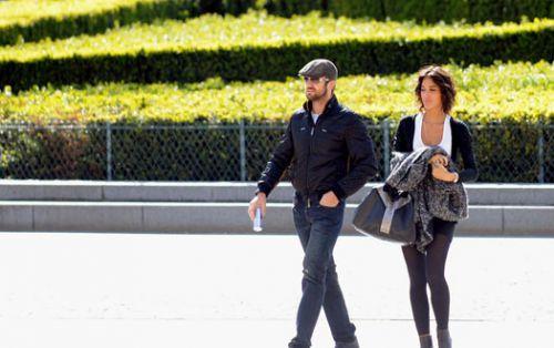 Джерард Батлер и его француженка гуляют по Парижу
