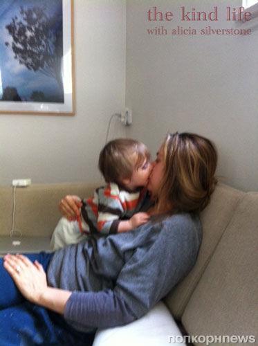 Видео Алисии Сильверстоун, где она кормит своего сына, вызвало много шума