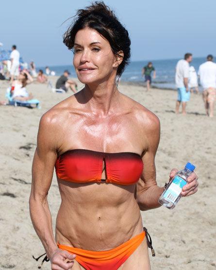 Дженис Дикинсон на пляже в Малибу