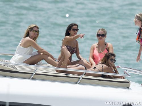 Эшли Тисдейл устроила девичник на яхте