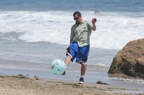 Адам Сэндлер с семьей на пляже